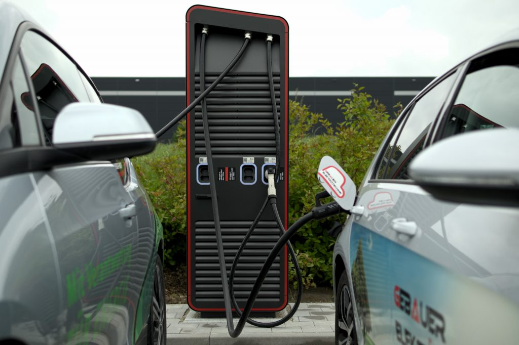 Elektroladesäule mit zwei Autos am Tankpunkt 1 in Öhringen