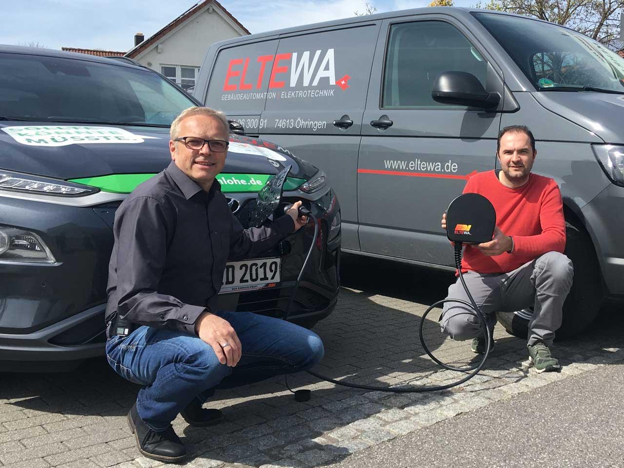 Matthias Groner (EDi) und Jörg Wallisch (ELTEWA) zeigen die Wallbox.